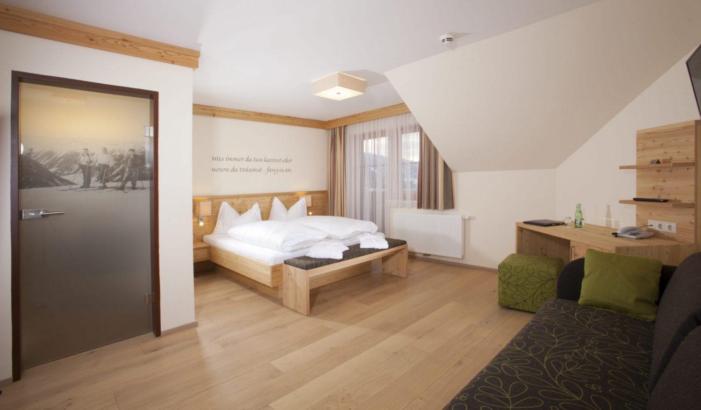 Geräumiges Doppelzimmer mit maßgefertigter Holzausstattung