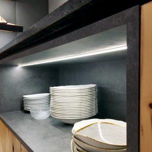 Indirekt beleuchtete Abstellflächen für Geschirr