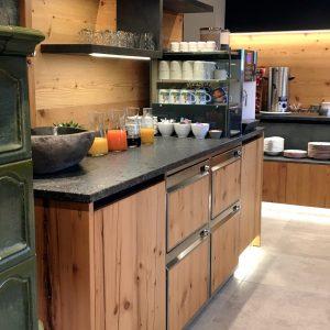 Frühstücksbuffet mit integrierten Kühlschubladen