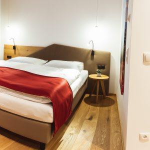 Schlafzimmer und Bad im Aparthotel Ursprung