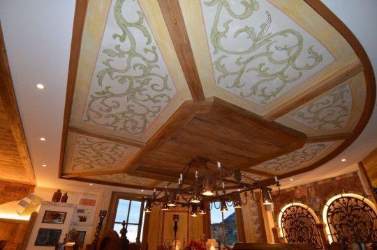 Decke in der Ritterstube mit Vollholz und handgemalten Elementen