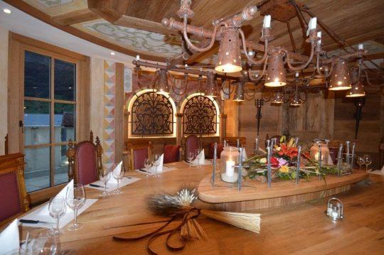 Maßgefertigter Holztisch in der Ritterstube