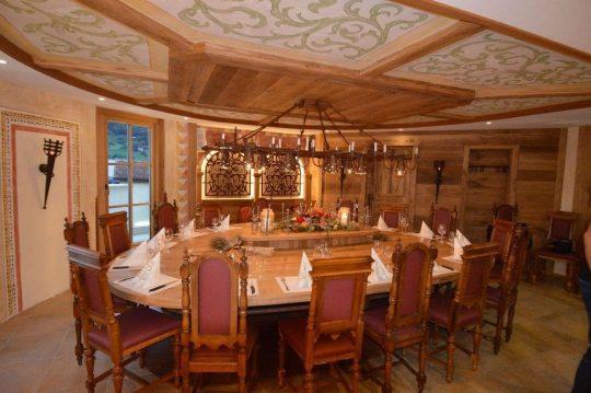 Individuelle Ausstattung aus massiven Stühlen, Decken- & Wandgestaltung aus Holz