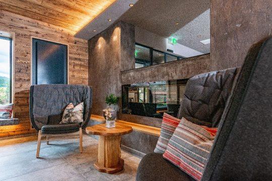 Moderne Sitzmöbel in Kombination mit Holz