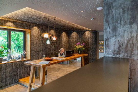 Moderne, offene Rezeption in der Stadtvilla Schladming
