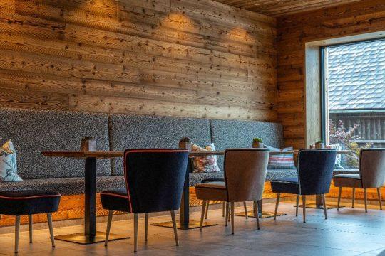 Sitzbereich mit Wandgestaltung aus Naturholz