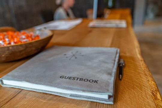 Gästebuch an der Rezeption (Naturholzplatte mit Baumkante)