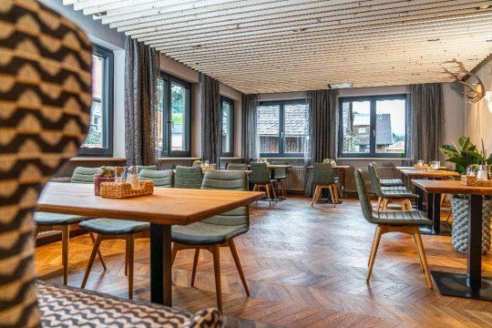 Restaurantbereich mit Parkettboden und abgehängter Decke