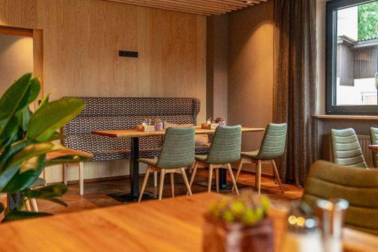 Moderne Sitzbank im Restaurant der Stadtvilla Schladming