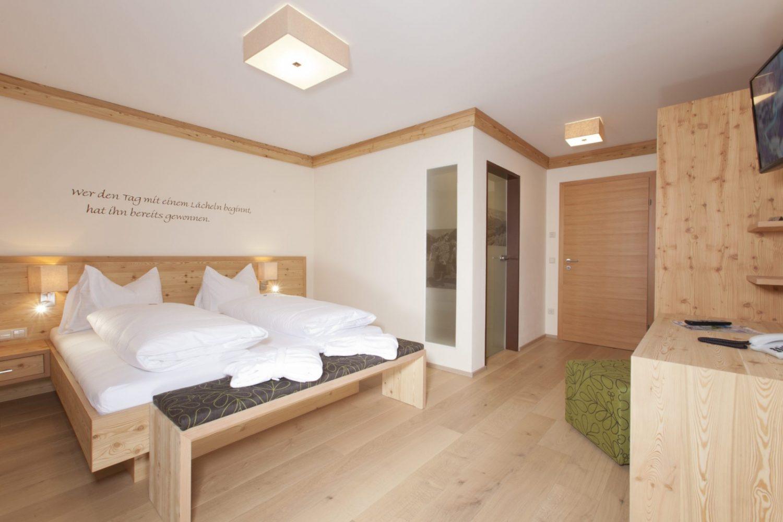 Doppelzimmer im Hotel Schröckerhof mit hellem Holz