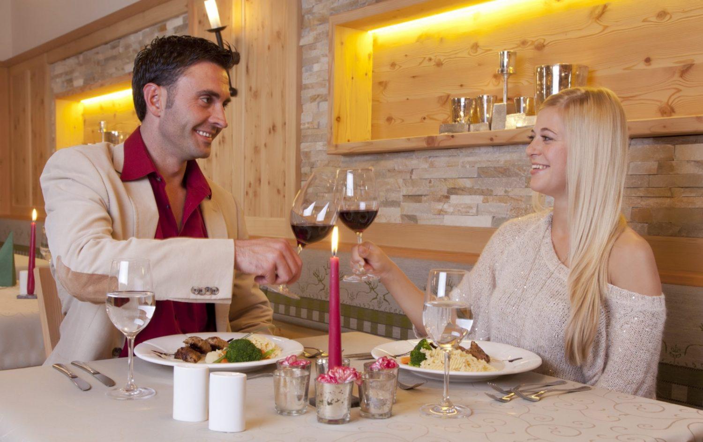 Paar beim Abendessen im Hotel Schröckerhof