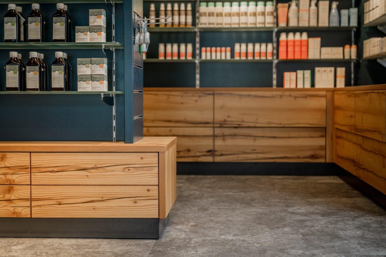 Moderne Regale auf Holzaufbau mit Schubladen