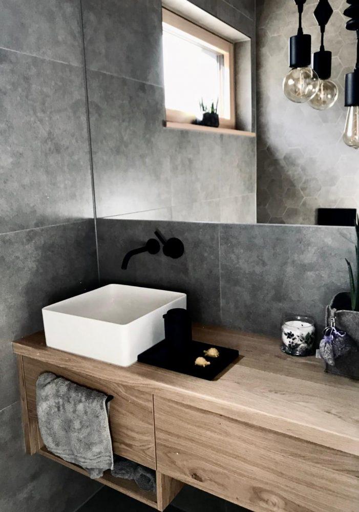 Privathaus - Badezimmer mit Waschbeckenunterschrank aus Holz