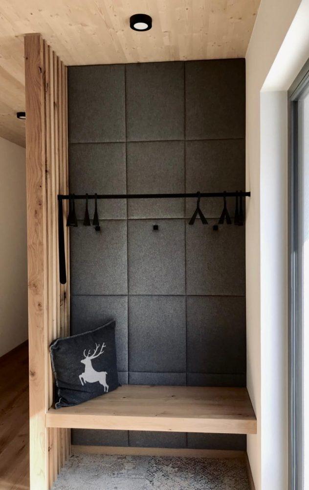 Privathaus - Garderobe mit Holz und Filz