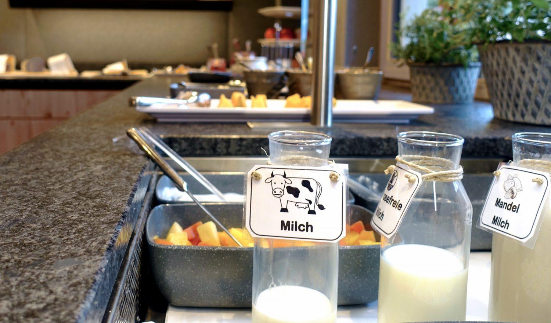 Integrierte Kühleinheiten für Milch und Obst im Frühstücksbuffet