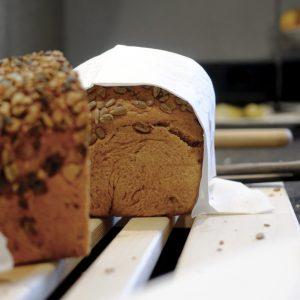 Frisches Brot auf Schneidbrett von Schwab-Walcher