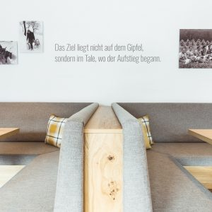 Aparthotel Ursprung - Sitzecken aus hellem Holz
