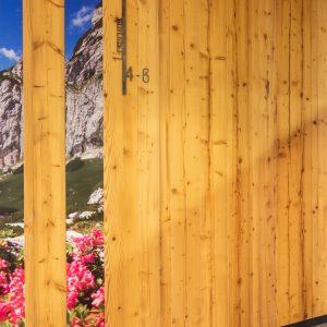 Wandgestaltung mit Holz und heimischen Fotos