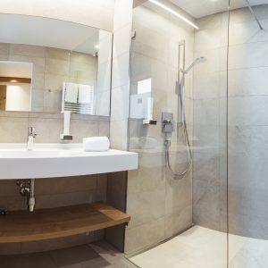 Modernes Bad im Aparthotel Ursprung, Schladming