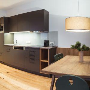Moderne Küche und gemütlicher Essbereich
